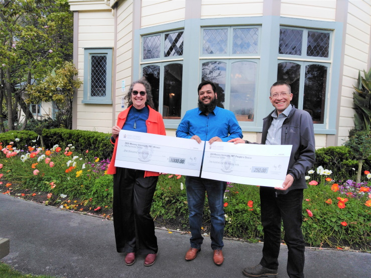 Rehan accepts oversize checks for 1000 NZD prize money for the first place (judges' vote) and another 250 NZD for the people's choice award.